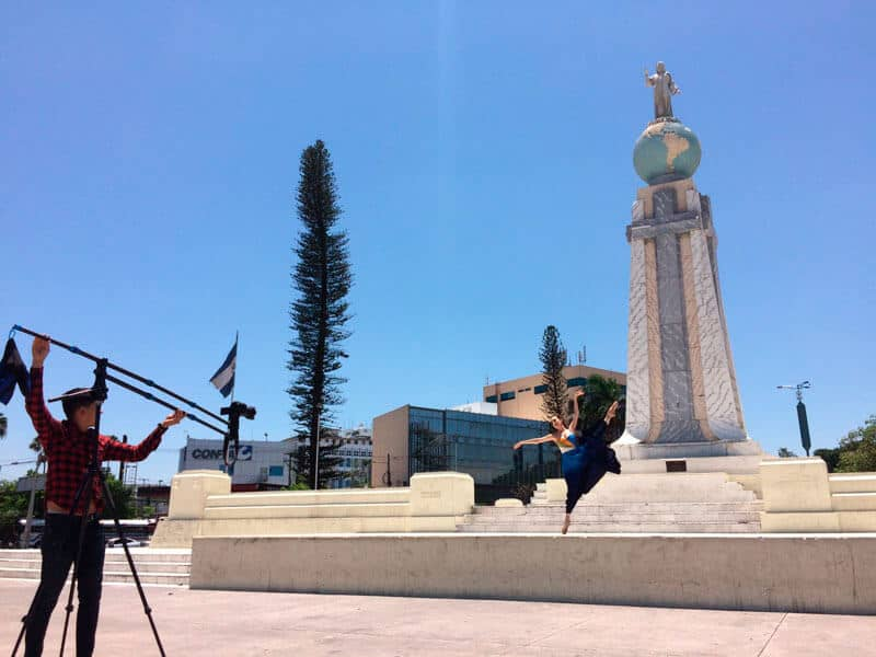 Plaza Salvador del Mundo, antiguamente llamada «Plaza Las Américas», ubicada en la ciudad de San Salvador, El Salvador. Bendita Tierra.